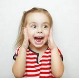 Αστείο μικρό κορίτσι που αιφνιδιάζεται όπισθεν μεγάλη στοκ εικόνες