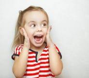 Αστείο μικρό κορίτσι που αιφνιδιάζεται όπισθεν μεγάλη στοκ φωτογραφία με δικαίωμα ελεύθερης χρήσης