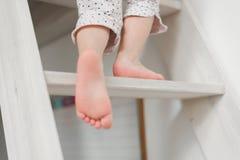 Αστείο μικρό κορίτσι στα χαριτωμένα pijamas που έχει τη διασκέδαση στοκ φωτογραφίες