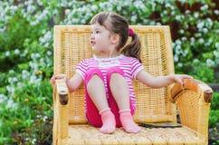 Αστείο μικρό κορίτσι στην ψάθινη καρέκλα Στοκ εικόνες με δικαίωμα ελεύθερης χρήσης