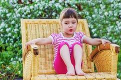 Αστείο μικρό κορίτσι στην ψάθινη καρέκλα Στοκ φωτογραφία με δικαίωμα ελεύθερης χρήσης