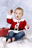 Αστείο μικρό παιδί που ρίχνει τη σφαίρα Χριστουγέννων στοκ φωτογραφία με δικαίωμα ελεύθερης χρήσης