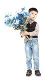 Αστείο μικρό παιδί που κρατά μια μεγάλη ανθοδέσμη των λουλουδιών Στοκ Εικόνες