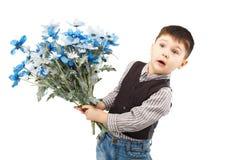 Αστείο μικρό παιδί που κρατά μια μεγάλη ανθοδέσμη των λουλουδιών Στοκ φωτογραφίες με δικαίωμα ελεύθερης χρήσης