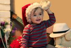 Αστείο μωρό στο καπέλο Santa με γεμισμένο έναν teddy Στοκ Εικόνα