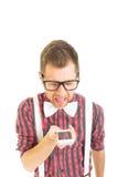 Αστείο νέο άτομο nerd που φωνάζει στο τηλέφωνο Στοκ εικόνες με δικαίωμα ελεύθερης χρήσης