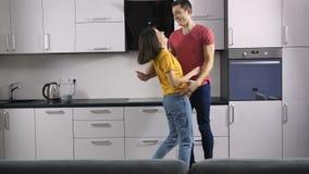 Αστείο νέο ζεύγος που χορεύει στο σπίτι απόθεμα βίντεο