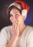 Αστείο νέο κορίτσι στο κόκκινο καπέλο Santa, Στοκ Εικόνες