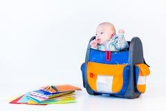 Αστείο νεογέννητο μωρό σε ένα σχολικό σακίδιο πλάτης Στοκ Εικόνες