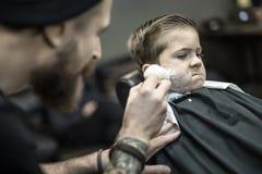 Αστείο ξύρισμα του μικρού παιδιού στοκ φωτογραφία