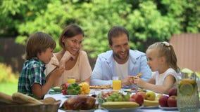 Αστείο οικογενειακό, γρήγορη πίτσα που τρώει την πρόκληση για τα παιδιά, ανταγωνιστικότητα φιλμ μικρού μήκους