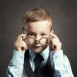Αστείο παιδί στα γυαλιά και siut παιδιά μεγαλοφυίας Στοκ φωτογραφία με δικαίωμα ελεύθερης χρήσης