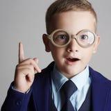 Αστείο παιδί στα γυαλιά και siut Στοκ Εικόνες