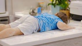Αστείο παιχνίδι αγοριών στην κουζίνα με το αλεύρι ενοχλητικό παιδί στο hom Άτακτα παιδιά φιλμ μικρού μήκους