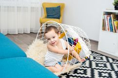 Αστείο παιχνίδι αγοριών στο σπίτι με ένα καλάθι Στοκ εικόνα με δικαίωμα ελεύθερης χρήσης