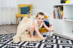 Αστείο παιχνίδι αγοριών στο σπίτι με ένα καλάθι Στοκ φωτογραφία με δικαίωμα ελεύθερης χρήσης