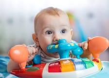 Αστείο παιχνίδι δαγκώματος μωρών Στοκ Φωτογραφία