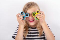Αστείο παιχνίδι κοριτσιών με τέσσερις fidget κλώστες Στοκ φωτογραφία με δικαίωμα ελεύθερης χρήσης