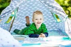 Αστείο αστείο παιχνίδι μικρών παιδιών στο πάρκο 2-3 έτη Το conce Στοκ φωτογραφίες με δικαίωμα ελεύθερης χρήσης