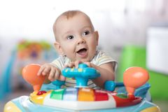 Αστείο παιχνίδι μωρών στον άλτη μωρών Στοκ Φωτογραφία