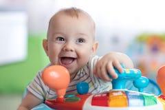 Αστείο παιχνίδι μωρών στον άλτη μωρών Στοκ Εικόνα