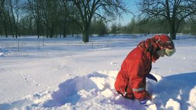 Αστείο παιχνίδι παιδιών με τις χιονιές στο χειμερινό πάρκο απόθεμα βίντεο