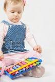 Αστείο παιχνίδι κοριτσάκι από το xylophone Στοκ φωτογραφία με δικαίωμα ελεύθερης χρήσης