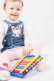 Αστείο παιχνίδι κοριτσάκι από το xylophone Στοκ Εικόνες