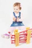Αστείο παιχνίδι κοριτσάκι με το παιχνίδι παιχνιδιών για την ανάπτυξη Στοκ Φωτογραφίες