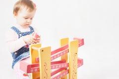Αστείο παιχνίδι κοριτσάκι με το παιχνίδι παιχνιδιών για την ανάπτυξη Στοκ Εικόνα