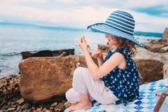 Αστείο παιχνίδι κοριτσιών παιδιών με τον παφλασμό νερού στην παραλία Ταξίδι στις θερινές διακοπές Στοκ Εικόνες