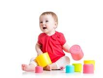 Αστείο παιχνίδι μωρών με τα ζωηρόχρωμα παιχνίδια φλυτζανιών Στοκ φωτογραφία με δικαίωμα ελεύθερης χρήσης