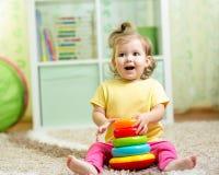 Αστείο παιχνίδι παιδιών με το παιχνίδι χρώματος εσωτερικό Στοκ Φωτογραφία
