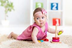 Αστείο παιχνίδι παιδιών με το παιχνίδι χρώματος εσωτερικό Στοκ Φωτογραφίες