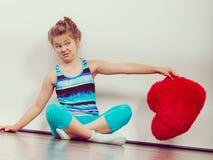Αστείο παιδί μικρών κοριτσιών με το κόκκινο μαξιλάρι μορφής καρδιών Στοκ φωτογραφίες με δικαίωμα ελεύθερης χρήσης