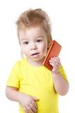 Αστείο παιδί που μιλά σε ένα τηλέφωνο κυττάρων Στοκ Εικόνες