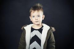 Αστείο παιδί στο χειμερινό παλτό κατσίκι μόδας Παιδιά χακί ζακέτα Μικρό παιδί με τα μεγάλα μάτια στοκ εικόνες με δικαίωμα ελεύθερης χρήσης