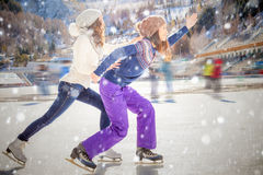 Αστείο πατινάζ πάγου εφήβων ομάδας υπαίθριο στην αίθουσα παγοδρομίας πάγου Στοκ Εικόνες