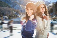 Αστείο πατινάζ πάγου κοριτσιών εφήβων ομάδας υπαίθριο στην αίθουσα παγοδρομίας πάγου Στοκ εικόνα με δικαίωμα ελεύθερης χρήσης