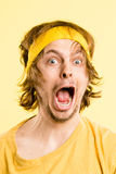 Αστείο ατόμων πορτρέτου πραγματικό κίτρινο υπόβαθρο καθορισμού ανθρώπων υψηλό Στοκ Φωτογραφία