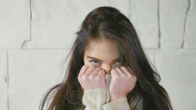 Αστείο πορτρέτο της νέας γυναίκας στο πουλόβερ, παιχνιδιάρικα φλερτ στοκ φωτογραφία