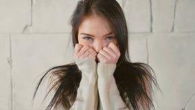 Αστείο πορτρέτο της νέας γυναίκας στο πουλόβερ, παιχνιδιάρικα φλερτ στοκ εικόνα