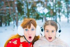 Αστείο πορτρέτο δύο το χειμώνα Στοκ Φωτογραφίες