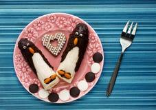 Αστείο πρόγευμα για τα παιδιά: μπανάνες διαμορφωμένο στο σοκολάτα pengui Στοκ Εικόνες