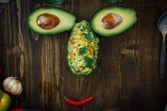 Αστείο πρόσωπο τροφίμων που γίνεται από το αβοκάντο και guacamole την εμβύθιση στοκ φωτογραφία με δικαίωμα ελεύθερης χρήσης