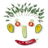 Αστείο πρόσωπο φιαγμένο από διαφορετικά λαχανικά στοκ εικόνες