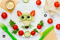 Αστείο σάντουιτς για τα παιδιά, διαμορφωμένο ζώο cheeseburger όπως μια αλεπού στοκ εικόνες