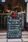 Αστείο σημάδι έξω από το παχύ μπαρ γατών & ζυθοποιείο στην Πράγα, Δημοκρατία της Τσεχίας στοκ εικόνα