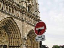 Αστείο σημάδι κυκλοφορίας στη Notre Dame, Παρίσι, Γαλλία στοκ εικόνες με δικαίωμα ελεύθερης χρήσης