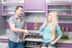 Αστείο σύγχρονο ρομαντικό ζεύγος που προετοιμάζει το γεύμα Στοκ εικόνα με δικαίωμα ελεύθερης χρήσης